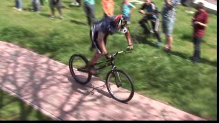 """UIMITOR! A fost creată bicicleta care """"creşte"""" odată cu utilizatorul"""