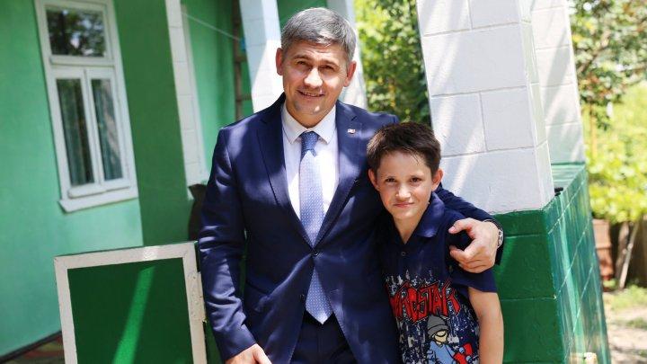 BĂIATUL EROU din Sireți care a IMPRESIONAT întreaga ţară, vizitat de Alexandru Jizdan. MESAJUL EMOŢIONANT al ministrului de Interne (FOTO)