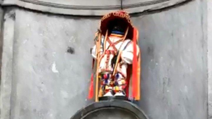 Manneken Pis, statueta simbol al Bruxellesului, îmbrăcată în costum tradițional de călușar (VIDEO)