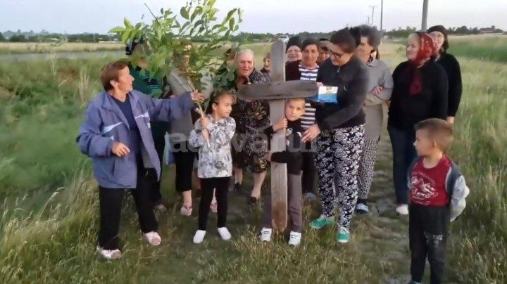 """REVOLTĂTOR! Copil pus să care o cruce din lemn pentru """"a chema ploaia"""" (VIDEO)"""