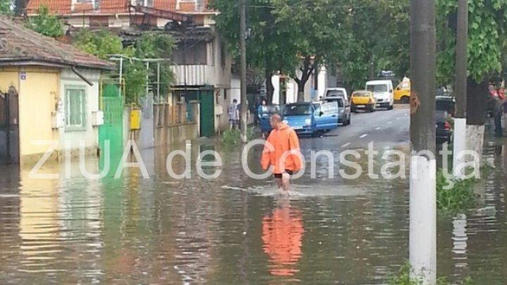 Potop la Constanţa. Mai multe străzi au fost inundate după o ploaie torenţială