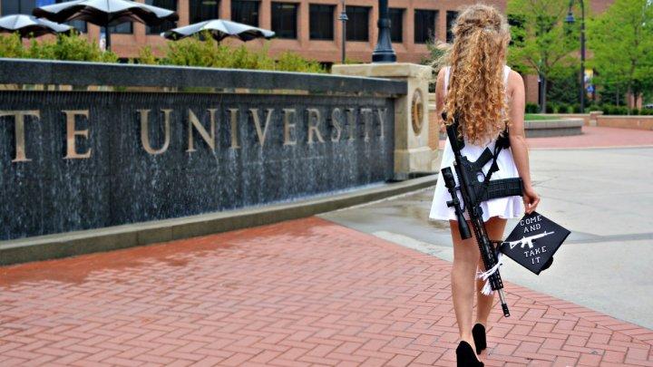 S-a întors cu arma la facultate, la o zi după absolvire. Gestul înfricoșător făcut de o absolventă