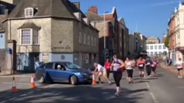 O șoferiță din Marea Britanie a intrat cu mașina printre oamenii care participau la un maraton în Plymouth (VIDEO)