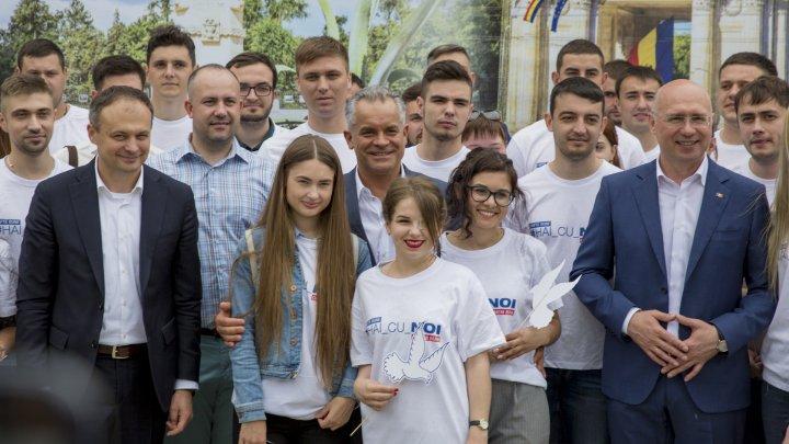 Vlad Plahotniuc la terciul ostăşesc alături de veterani în Scuarul Catedralei (FOTOREPORT)