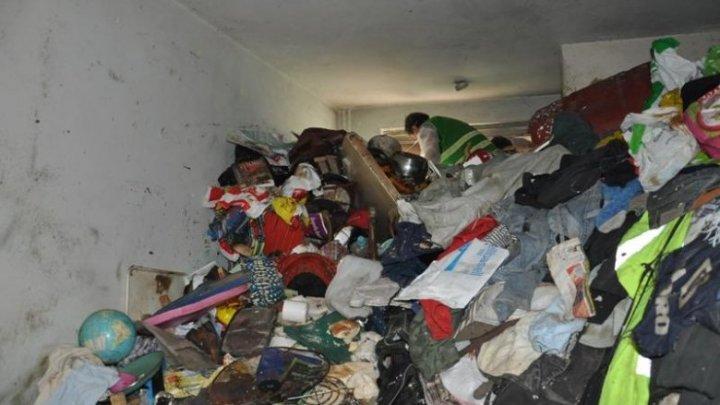 Incredibil! O bătrână din Capitală şi-a transformat apartamentul într-o groapă de gunoi