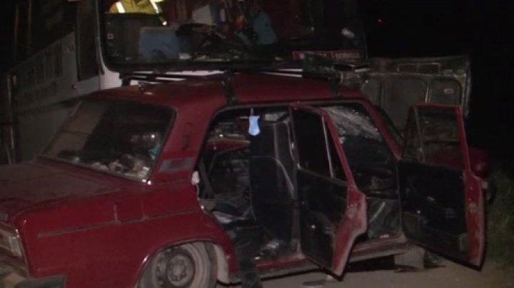 Accident TRAGIC în apropierea satului Revaca. Un bărbat a murit după ce a intrat cu maşina sub un autobuz (VIDEO)
