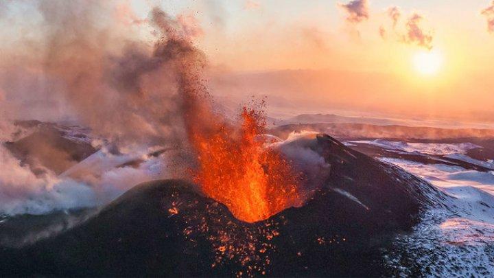 Un copil din Hawaii a surprins momentul în care vulcanul Kilauea erupe în spatele casei sale (VIDEO)