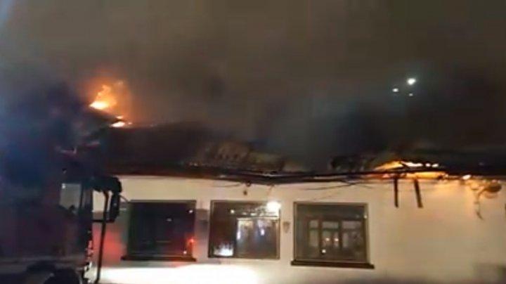 INCENDIU DEVASTATOR la o şcoală din Bucureşti. Peste 100 de pompieri au luptat cu flăcările (VIDEO)