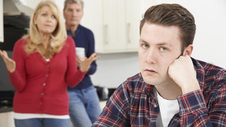 Metoda INCREDIBILĂ la care au recurs doi părinţi pentru a-şi convinge fiul de 30 de ani să se mute din casa lor