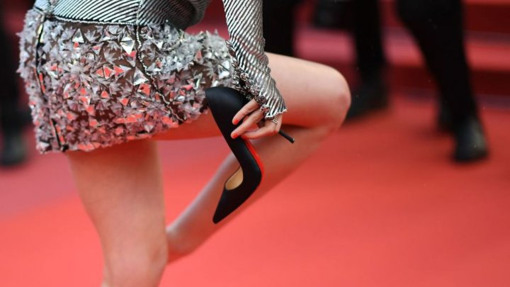 Desculță pe covorul roșu de la Festivalul de film de la Cannes. Motivul pentru care o vedetă americană a lăsat pantofii din picioare (IMAGINI SPECTACULOASE)