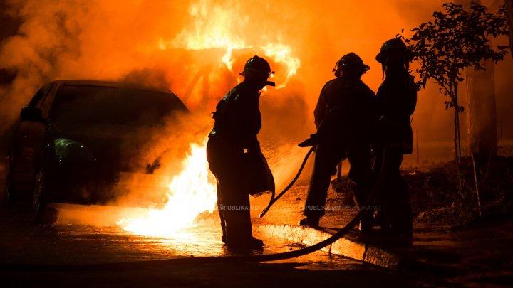 Panică în sectorul Ciocana. O maşină a luat foc din senin. Pompierii au intervenit de urgenţă (VIDEO)