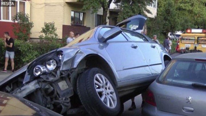 GREU DE IMAGINAT. O şoferiţă începătoare a reuşit să parcheze peste alte două mașini (VIDEO)