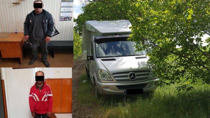 Doi bărbaţi din Nisporeni au furat o maşină parcată în curtea unui magazin. Unde a fost găsită de către Poliţie