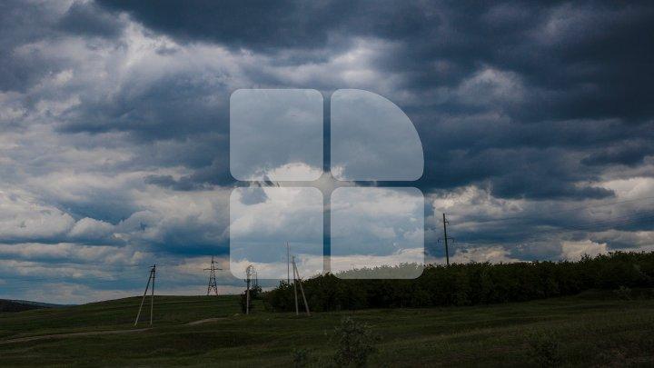 Ploi puternice cu descărcări electrice în toată Moldova. Meteorologii mențin CODUL GALBEN de averse în toată ţara