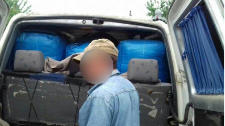 Poliţiştii de frontieră i-au venit de hac unui moldovean care şi-a ticsit microbuzul cu bunuri de contrabandă de peste 600.000 de lei