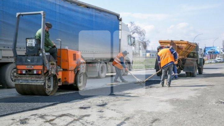 În Capitală continuă lucrările de reparaţie a drumurilor. Străzile pe care se va interveni astăzi