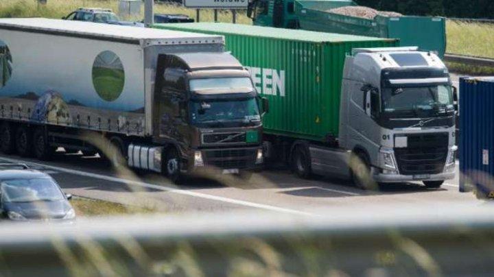 Şoferii români de TIR, OBLIGAŢI să se cazeze la hoteluri în Franţa şi Belgia. Ce amenzi primesc dacă nu se conformează