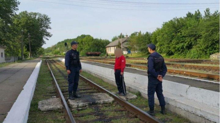 Un bărbat cu probleme psihice, dat în căutare de familie, a fost găsit la gara feroviară din Lipcani