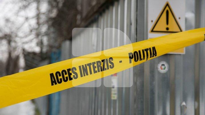 Un bărbat, găsit mort în propria casă de către prieteni. Un amic al victimei a înjurat reporterul de la Unitatea de Gardă (VIDEO)