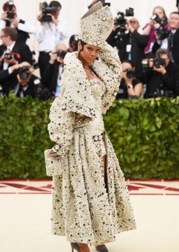 Apariţie strălucitoare la MET GALA 2018. Rihanna, într-o ținută ca Papa (FOTO)