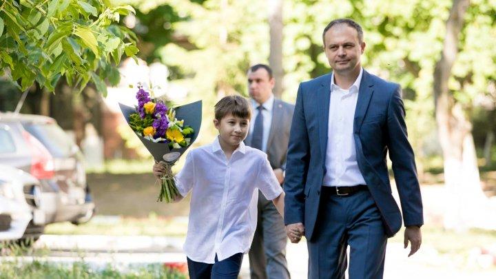 Andrian Candu, alături de fiul său Daniel, în ultima zi de școală. MESAJUL EMOŢIONANT al preşedintelui Parlamentului (FOTO)