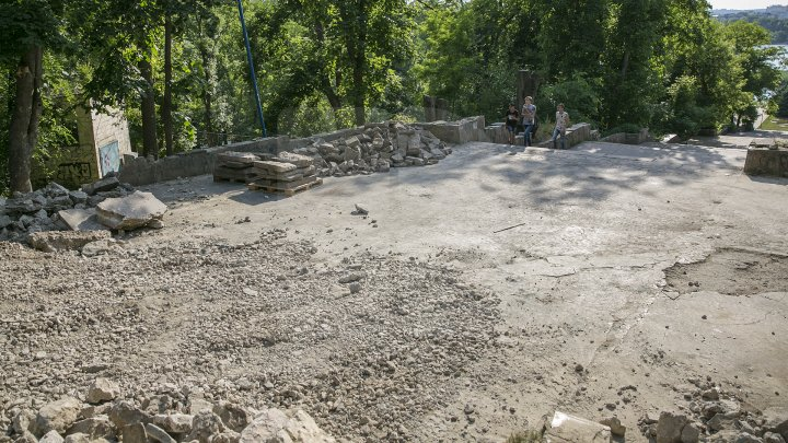 Parcul Valea Morilor îşi recapătă frumuseţea de altădată. A început reconstrucţia scării de granit (FOTO)