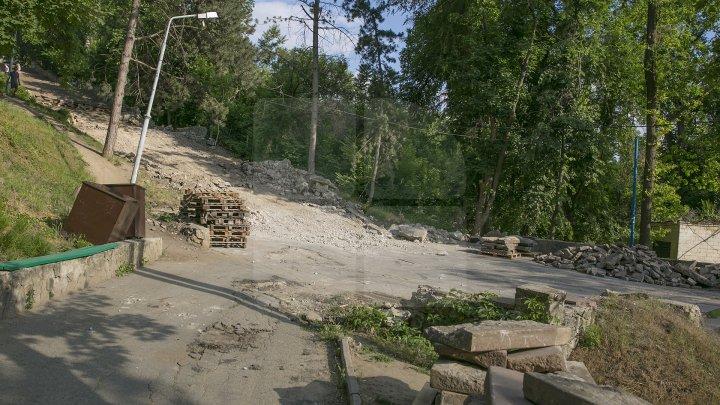 Lucrările de renovare a scării de granit din Parcul Valea Morilor sunt în toi. Costul proiectului constituie 920 de mii de euro (FOTOREPORT)