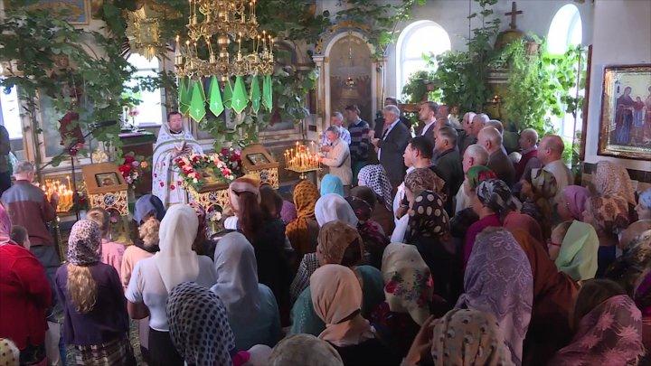 Zilele oraşului Nisporeni. Sute de oameni au mers la biserică pentru a se ruga pentru sănătate şi pace în ţară
