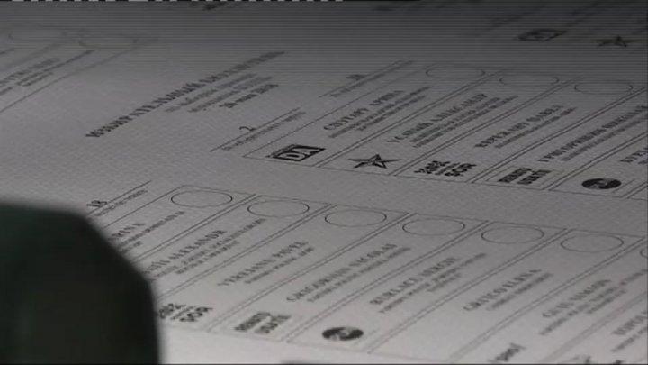 A încercat să scoată două buletine de vot din secția de votare din satul Lozova. Ce a urmat (VIDEO)
