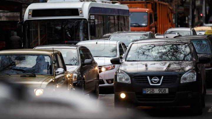 InfoTrafic: AMBUTEIAJE pe mai multe străzi din Capitală