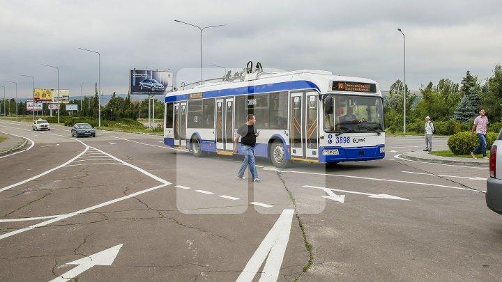 STUDIU: Troleibuzele din Capitală ATACĂ microbuzele
