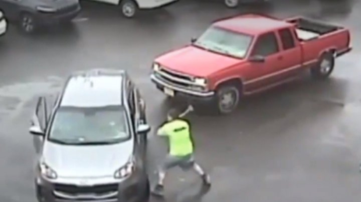 Incident violent într-o parcare din SUA. Ce a făcut un şofer nervos care avea un ciocan în mână