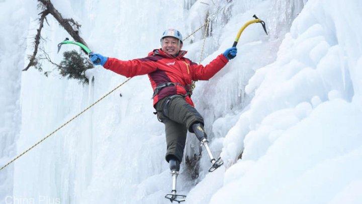 A avut un vis și l-a împlinit! Cum a reușit un chinez cu picioarele amputate să cucerească vârful Everest