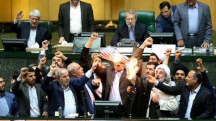 Steagul SUA, incendiat de către parlamentarii iranieni. Ce cuvinte denigratoare au strigat