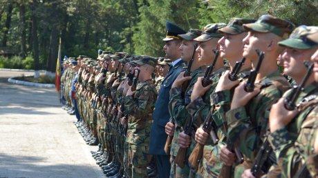 Peste 300 de tineri ostaşi din garnizoana Chişinău au depus astăzi jurământul militar (FOTO)