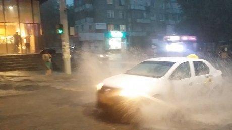 Natura s-a dezlănțuit şi plouă torenţial! PUHOAIE DE APĂ pe străzile Chişinăului (VIDEO)