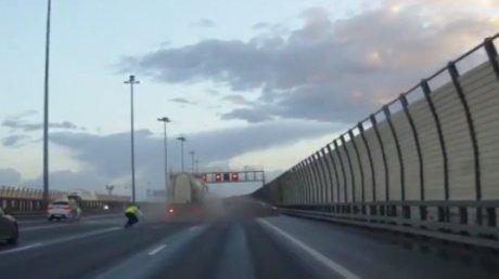 Accident de groază în Sankt Petersburg. O mașină a ZBURAT, după ce a fost lovită de un camion (VIDEO)