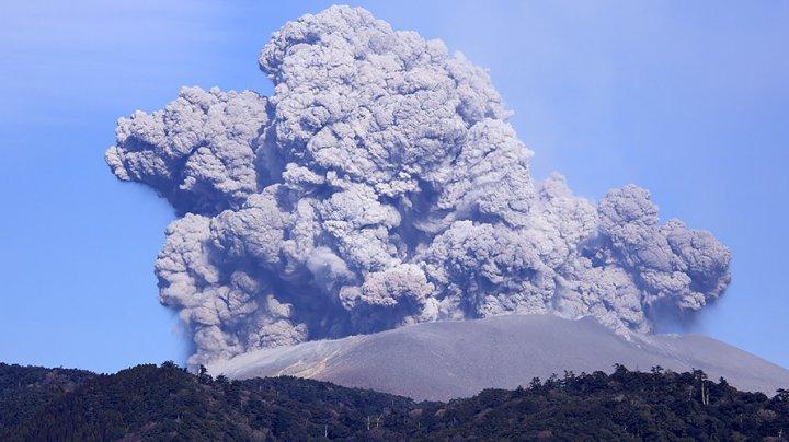 Vulcanul Shinmoe a erupt din nou, după o lună, aruncând o coloană de cenuşă la 2.600 de metri înălţime