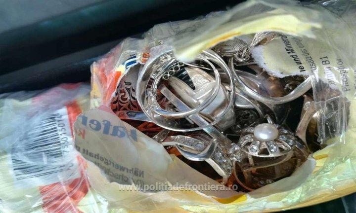 Aproape 5 kg de bijuterii din argint, descoperite în maşina unui moldovean. Ce le-a declarat poliţiştilor de frontieră (FOTO)