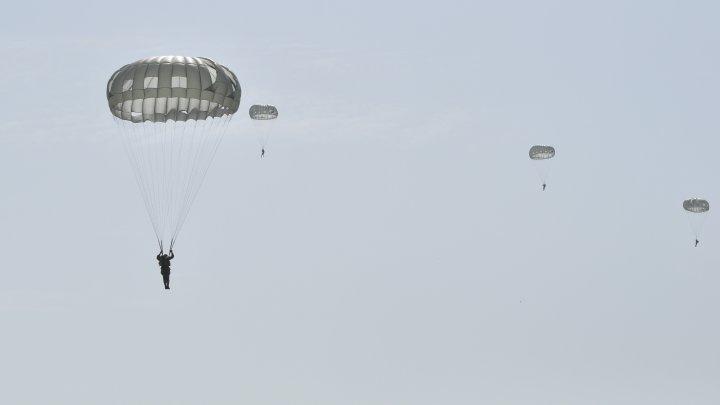 Militarii din forţele speciale ale armatei au executat salturi cu paraşuta