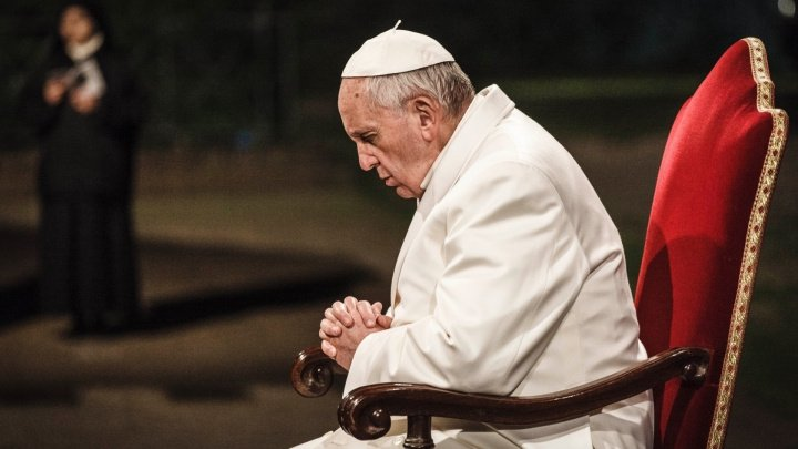 GEST IMPRESIONANT! Papa Francisc s-a rugat pentru victimele cutremurelor şi tsunamiului din Indonezia