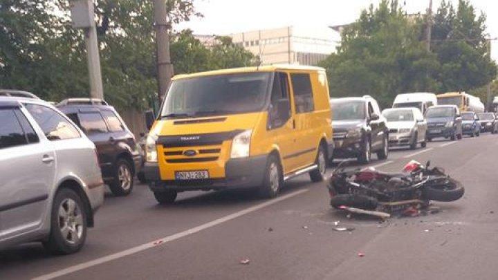 ACCIDENT GRAV pe strada Grenoble din Capitală. Un motociclist, făcut ZOB (FOTO)