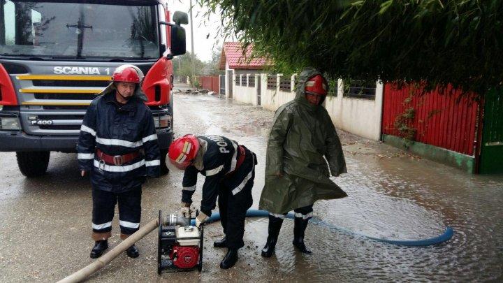 Ploile și vijeliile au afectat 12 localități din opt județe din România. Un bărbat a fost luat de viitură