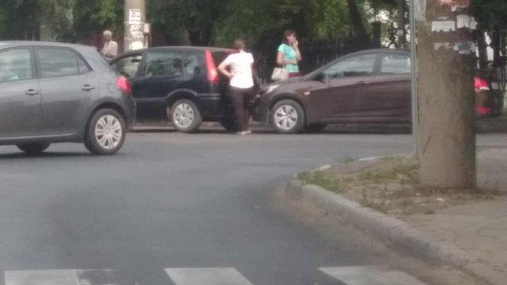 Consecinţele neatenţiei în trafic: Două femei și-au tamponat maşinele într-o intersecţie din Capitală (FOTO)
