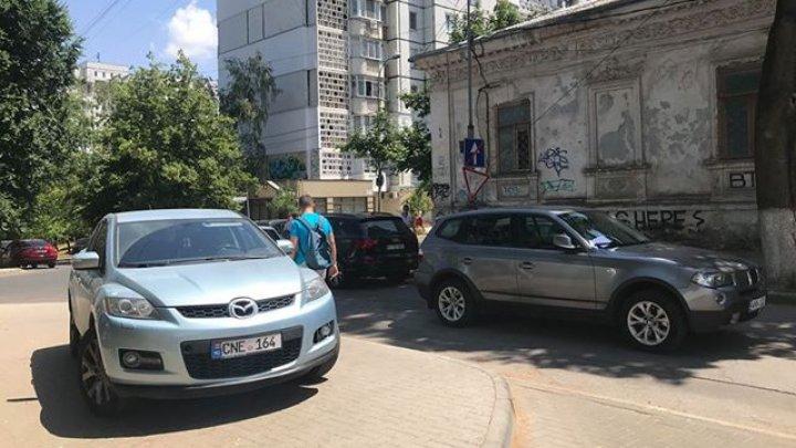 NESIMŢIRE TOTALĂ! Cum a parcat un şofer pe o stradă din Capitală (FOTO)