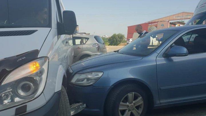 Accident în Capitală. Două mașini s-au ciocnit violent pe strada Vadul lui Vodă (FOTO)