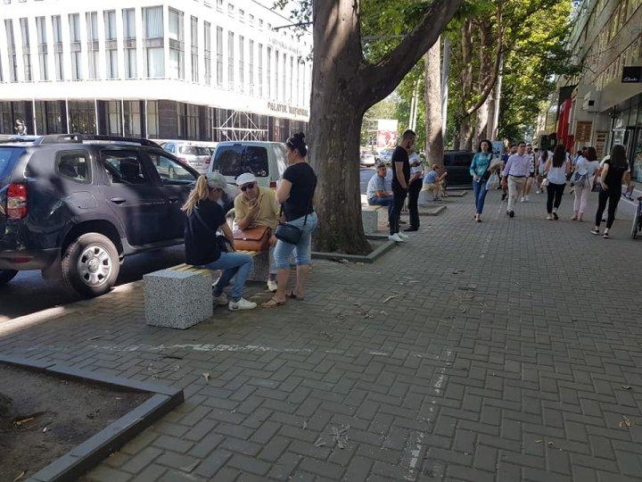O plăcere să te plimbi în centrul Capitalei. Parcarea de pe trotuarul de pe strada Puşkin, desfiinţată (FOTO)