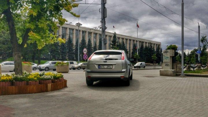 Unde vreau acolo parchez! Un şofer şi-a lăsat maşina chiar în Parcul Catedralei din Capitală (FOTO)