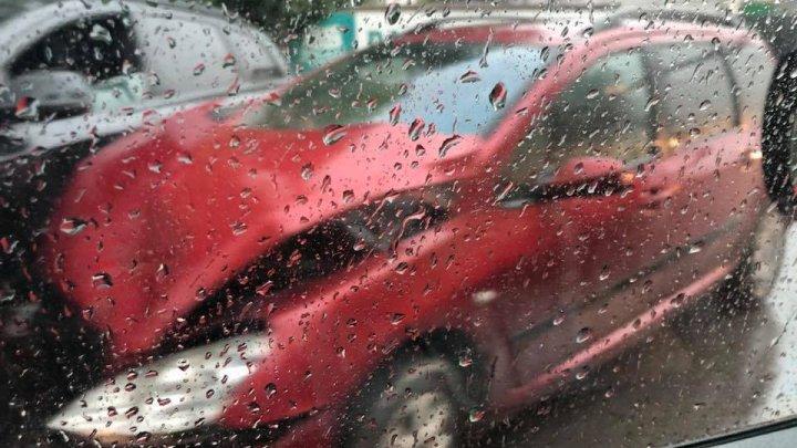 ACCIDENT pe stada Uzinelor din Capitală. Două mașini s-au ciocnit violent (FOTO)
