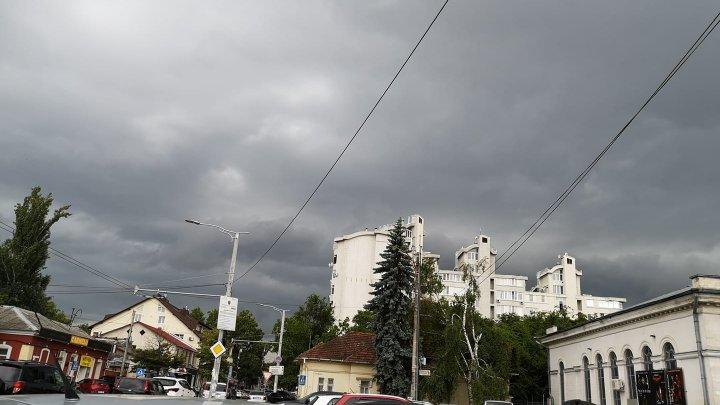 FOTOREPORT. Cum s-a văzut furtuna din Chişinău pe reţelele de socializare
